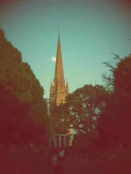 Bu da parkın akşam görünümü... Gotik kilise kulesi, hava kararmaya başladığında hem hayranlık verici, hem de ürkütücü görünüyor. (Fotoğraf: Duygu Özgür)