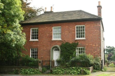Eski tip tuğladan İngiliz evlerine bir örnek. Bu epey büyüklerinden ama.